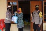 Warga Kampung Khemon terima bantuan dari Bhayangkari cabang Waropen