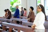 Umat Katolik mengikuti Misa dengan berjaga jarak fisik di Gereja Keluarga Kudus, Pontianak, Kalimantan Barat, Minggu (7/6/2020). Keuskupan Agung Pontianak mengijinkan gereja-gereja paroki dalam wilayahnya dibuka kembali untuk Perayaan Ekaristi (Misa Kudus) atau ibadat-ibadat lainnya secara terbatas setelah memenuhi sejumlah syarat yang ditentukan pemerintah, guna mewujudkan masyarakat produktif dan aman COVID-19 di masa pandemi. ANTARA FOTO/Jessica Helena Wuysang/foc.