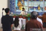 Pastor Paroki Keluarga Kudus yaitu Pastor Yulianus Astanto Andi, CM memimpin Misa di Gereja Keluarga Kudus, Pontianak, Kalimantan Barat, Minggu (7/6/2020). Keuskupan Agung Pontianak mengijinkan gereja-gereja paroki dalam wilayahnya dibuka kembali untuk Perayaan Ekaristi (Misa Kudus) atau ibadat-ibadat lainnya secara terbatas setelah memenuhi sejumlah syarat yang ditentukan pemerintah, guna mewujudkan masyarakat produktif dan aman COVID-19 di masa pandemi. ANTARA FOTO/Jessica Helena Wuysang/foc.