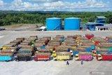 Foto udara sejumlah truk pengangkut tebu mengantri saat giling tebu perdana di Pabrik Gula PT. Rejoso Manis Indo (RMI) di Blitar, Jawa Timur, Selasa (9/6/2020). Dalam giling tebu perdana di 2020 tersebut, Pabrik gula PT.RMI menargetkan mampu memproduksi gula sekitar 900ribu ton dengan hasil produksi harian sebesar 7.500 TCD (tones of cane per day) yang diharapkan mampu mendongkrak produksi gula nasional yang di prediksi oleh Asosiasi Gula Indonesia (AGI) hanya mencapai 2,0 hingga 2,1 juta ton akibat musim kemarau panjang di 2019. Antara Jatim/Irfan Anshori/zk.