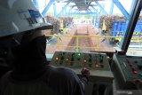 Petugas mengawasi proses penggilingan tebu saat giling tebu perdana di Pabrik Gula PT. Rejoso Manis Indo (RMI) di Blitar, Jawa Timur, Selasa (9/6/2020). Dalam giling tebu perdana di 2020 tersebut, Pabrik gula PT.RMI menargetkan mampu memproduksi gula sekitar 900ribu ton dengan hasil produksi harian sebesar 7.500 TCD (tones of cane per day) yang diharapkan mampu mendongkrak produksi gula nasional yang di prediksi oleh Asosiasi Gula Indonesia (AGI) hanya mencapai 2,0 hingga 2,1 juta ton akibat musim kemarau panjang di 2019. Antara Jatim/Irfan Anshori/zk.