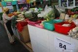 Pedagang menata sayuran saat Masa Transisi Normal Baru di pasar yang menerapkan sistem ganjil genap sebagai upaya mencegah penyebaran COVID-19 di Pasar Oro-oro Dowo, Malang, Jawa Timur, Selasa (9/6/2020). Forum Koordinasi Pimpinan Daerah jatim dan Malang Raya (Kota Batu, Kota Malang dan Kabupaten Malang) sepakat memperpanjang Masa Transisi Normal Baru hingga tanggal 13 Juni 2020 karena angka penularan COVID-19 yang masih tergolong tinggi dengan jumlah pasien positif mencapai 210 orang hingga Senin (8/6). Antara Jatim/Ari Bowo Sucipto/zk.