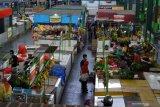Pedagang melayani pembeli saat Masa Transisi Normal Baru di pasar yang menerapkan sistem ganjil genap sebagai upaya mencegah penyebaran COVID-19 di Pasar Oro-oro Dowo, Malang, Jawa Timur, Selasa (9/6/2020). Forum Koordinasi Pimpinan Daerah jatim dan Malang Raya (Kota Batu, Kota Malang dan Kabupaten Malang) sepakat memperpanjang Masa Transisi Normal Baru hingga tanggal 13 Juni 2020 karena angka penularan COVID-19 yang masih tergolong tinggi dengan jumlah pasien positif mencapai 210 orang hingga Senin (8/6). Antara Jatim/Ari Bowo Sucipto/zk.