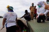 Seorang 'manusia perahu' di Sungai Musi Palembang diselamatkan setelah 30 tahun hidup seadanya