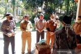 Satgas COVID-19 Sungai Geringging Padang Pariaman bantu sembako keluarga dari warga positif COVID-19