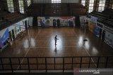 Petugas menyemprotkan cairan disinfektan di lapangan bola voli GOR Saparua, Bandung, Jawa Barat, Rabu (10/6/2020). Menghadapi era normal baru, sejumlah fasilitas olahraga di Kota Bandung yang rencananya akan kembali dibuka setelah PSBB di Jawa Barat berakhir, menyiapkan protokol kesehatan serta melakukan penyemprotan cairan disinfektan secara rutin. ANTARA JABAR/Raisan Al Farisi/agr