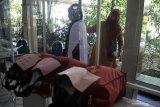 Orang tua wali murid mencoba seragam sekolah saat mengambil seragam siswa baru di SMA Muhammadiyah 2 (Smamda) Sidoarjo, Jawa Timur, Rabu (10/6/2020). Penerimaan peserta didik baru (PPDB) tahun ajaran 2020/2021 untuk jenjang TK, SD, SMP dan SMA menerapkan protokol kesehatan sebagai upaya mencegah penyebaran COVID-19. Antara Jatim/Umarul Faruq/zk