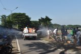 Petugas menyemprotkan cairan disinfektan di Taman Bantaran Sungai Madiun, Kota Madiun, Jawa Timur, Rabu (10/6/2020). Pemkot Madiun masih terus melakukan penyemprotan cairan disinfektan di sejumlah lokasi termasuk fasilitas umum guna pencegahan penyebaran COVID-19. Antara Jatim/Siswowidodo/zk.