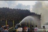 Kayu akasia di kapal tongkang terbakar di Sungai Siak, helikopter ikut memadamkan