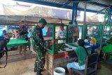Kodim Biak salurkan bantuan 100 bilik pembatas ke penjual sayur dan pinang