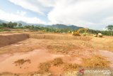 Proses pembangunan tambak udang intensif di Parimo