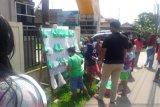Warga di seputaran kawasan Jl. Abdul Halim Palembang rebutan nasi bungkus