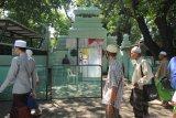 Warga beraktivitas di komplek Makam Sunan Ampel, Surabaya, Jawa Timur, Jumat (12/6/2020). Komplek Makam Sunan Ampel telah dibuka kembali bagi peziarah setelah ditutup pada 24 Maret 2020. Antara Jatim/Didik/Zk