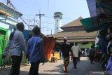 Warga beraktivitas di kawasan wisata religi Masjid Agung dan Makam Sunan Ampel, Surabaya, Jawa Timur, Jumat (12/6/2020). Komplek Makam Sunan Ampel telah dibuka kembali bagi peziarah setelah ditutup pada 24 Maret 2020. Antara Jatim/Didik/Zk
