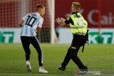 Fans Messi nekad masuk ke lapangan meski pembatasan cukup ketat
