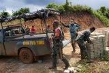 Warga dan prajurit TNI lakukan persiapan Pra TMMD di Kampung Natabui