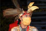 Seorang prajurit Pasukan Merah dari Suku Dayak bersiaga saat digelarnya upacara sidang hukum adat kasus ujaran kebencian di Rumah Betang, Pontianak, Kalimantan Barat, Sabtu (13/6/2020). Sidang menurut adat Dayak Kanayatn yang digelar secara daring terhadap warga Surabaya, Jawa Timur yaitu Lutfi Holi yang membuat video ujaran kebencian di media sosial serta kemudian dilaporkan Dewan Adat Dayak bersama Ikatan Keluarga Besar Madura Kalbar tersebut menyatakan Lutfi Holi bersalah dan dikenakan sanksi adat Makarana (membayar denda sesuai adat). ANTARA FOTO/Jessica Helena Wuysang/wsj.