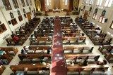 Umat Katolik beribadah misa di Gereja Katolik Maria Ratu Damai Banyuwangi, Minggu (14/6/2020). Umat Katolik Banyuwangi kembali menggelar misa secara publik di gedung gereja dengan protokol kesehatan yang ketat, setelah 4 bulan misa digelar secara daring di rumah masing-masing karena pandemi COVID-19. Antara Jatim/Budi Candra Setya/zk.