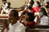 Umat Katolik beribadah misa dengan tetap mengenakan masker di Gereja Katolik Maria Ratu Damai Banyuwangi, Minggu (14/6/2020). Umat Katolik Banyuwangi kembali menggelar misa secara publik di gedung gereja dengan protokol kesehatan yang ketat, setelah 4 bulan misa digelar secara daring di rumah masing-masing karena pandemi COVID-19. Antara Jatim/Budi Candra Setya/zk.