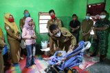 Bupati Lampung Timur beri kursi roda anak yang sakit sejak lahir