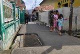 Ada tiga makam keluarga sejak 1940 terletak di jalan umum, pendatang bingung