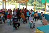 Warga pulau Enggano menerima Bantuan Sosial Tunai (BST)  di Alun-alun kecamatan Enggano, Bengkulu Utara, Rabu (10/6/2020). Sebanyak 131 Keluarga Penerima Manfaat (KPM) di Pulau Enggano, Kabupaten Bengkulu Utara, Provinsi Bengkulu menerima Bantuan Sosial Tunai (BST) dari kemensos tiga bulan langsung selama periode Mei, Juni dan juli sebesar Rp,1.800.000 karena dampak pandemi virus COVID-19. ANTARA/ David Muharmansyah/2020