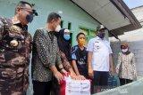 Mensos menyerahkan sembako Presiden bagi purnawirawan eks pejuang Timtim