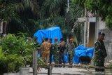 Bangkai pesawat Hawk diangkut ke hanggar Lanud Roesmin Nurjadin