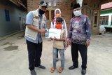 Wakil Bupati Pringsewu bagikan bantuan paket belajar di rumah