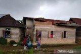 Rumah warga Padang Laweh rusak dihantam angin kencang, pohon tumbang ganggu lalu lintas