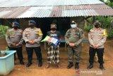 Brimob Polda Sultra bagikan sembako warga kurang mampu di Konawe Utara
