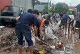 Relawan Pemuda Bantaeng gelar aksi sosial bersihkan lumpur akibat banjir