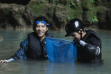 Kunjungi Indonesia, Lee Seung-gi & Jasper Liu sambangi Gua Jomblang hingga Prambanan