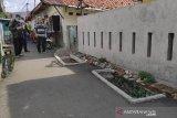 Makam di jalan umum  berisi jenazah jawara Betawi