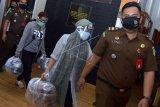 Dua tersangka penipuan dengan korban Princess Lolowah binti Mohammed bin Abdullah Al Saud berisinisial EAH (kiri) dan EMC (tengah) dikawal petugas saat menjalani proses pelimpahan di Kantor Kejaksaan Negeri Gianyar, Bali, Rabu (17/6/2020). Kedua tersangka itu menjalani pelimpahan tahap II (tersangka dan barang bukti) dari Direktorat Tindak Pidana Umum Bareskrim ke pihak kejaksaan terkait kasus dugaan penipuan, penggelapan dan pencucian uang senilai sekitar Rp550 miliar yang dijanjikan tersangka kepada Princess Lolowah yang merupakan Putri Kerajaan Arab Saudi tersebut untuk pembangunan villa di Bali. ANTARA FOTO/Fikri Yusuf/nym.
