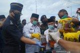Gubernur Kepulauan Babel (kedua kiri) saat memusnahkan barang bukti minuman keras impor senilai Rp6,8 miliar sebagai bentuk pemberantasan peredaran minuman beralkohol ilegal di daerah itu.