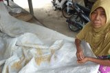 Masa pandemi COVID-19, seorang warga Lebak jemur nasi bekas jadi penganan