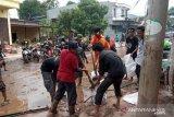 Komunitas pencinta alam bantu bersihkan daerah terdampak banjir di Bantaeng