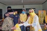 Ketua IIPG Riana Sari serahkan bantuan kepada masyarakat terdampak COVID-19 di Pesibar