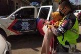 Anggota Polres Lombok Barat tolong ibu hamil besar alami kecelakaan
