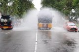 Polda Sulteng kerahkan lima mobil water canon semprot disinfektan di Kota Palu