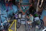 Pekerja menyelesaikan pembuatan sepeda 'fixie' di Denpasar, Bali, Kamis (18/6/2020). Permintaan pembuatan sepeda fixie dan