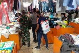 TNI-Polri di Kabupaten Sangihe semprotkan cairan disinfektan di Pasar Towo'e