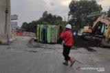 Truk bawa 35 ton  batu bata terguling  di jalan