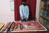 Hendak transaksi narkoba sambil simpan 6 senjata tajam di kosannya, seorang pelajar ditangkap polisi