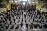 Ratusan umat Muslim melaksanakan Shalat Jumat di Masjid Agung Cimahi, Jawa Barat, Jumat (19/6/2020). Masjid Agung Kota Cimahi kembali menggelar Shalat Jumat dengan menerapkan protokol kesehatan dan jaga jarak fisik antar saf serta membatasi jumlah jamaah menjadi 30 persen dari kapasitas Masjid. ANTARA JABAR/Raisan Al Farisi/agr
