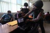 Aparat keamanan memeriksa uang bantuan sosial non DTSK yang diambil di Bank Riau Kepri