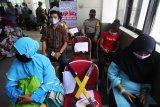 Sejumlah pegawai kelurahan mengantre untuk pengambilan dana bantuan sosial non DTSK di Bank Riau Kepri