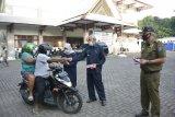 Satpol PP Sleman membagikan 1.000 masker gratis untuk pengguna jalan