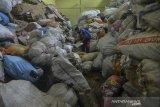 Pegawai Bank Sampah menimbang sampah plastik kiriman nasabahnya di Gudang Bank Sampah Ciamis, Kabupaten Ciamis, Jawa Barat, Sabtu (20/6/2020). Bank Sampah yang didirikan Oleh Dinas Perumahan Rakyat Kawasan Permukiman dan Lingkungan Hidup (DPRKPLH) Kabupaten Ciamis pada tahun 2017 ini bertujuan mengubah perilaku masyarakat untuk turut menjaga lingkungan dan mengelola sampah hingga memiliki nilai ekonomis, yang hingga kini memiliki 61 nasabah perorangan dan 50 nasabah kelompok binaan dengan hasil 13 ton sampah per bulan atau Rp10 juta per bulan yang tabungannya diarahkan untuk pembayaran PBB, pendidikan dan umroh. ANTARA JABAR/Adeng Bustomi/agr